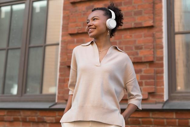 헤드폰을 착용하는 중간 샷 여자