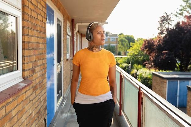 ヘッドホンをつけているミディアムショットの女性
