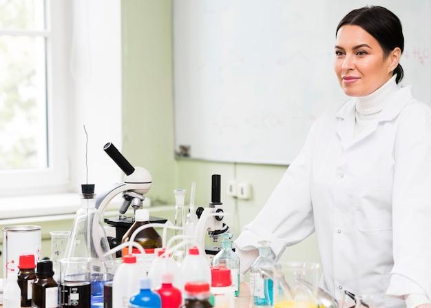 Camice da laboratorio da portare della donna del tiro medio