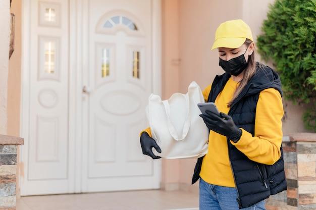 マスクを身に着けているミディアムショットの女性