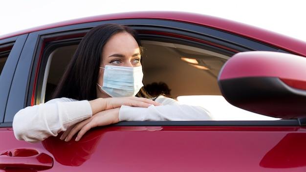 의료 마스크를 쓰고 중간 샷 여자