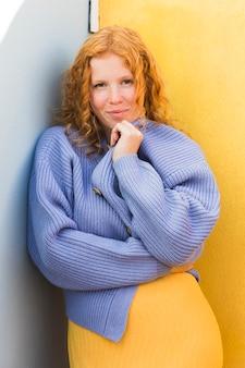 Средний снимок женщины носили свитер