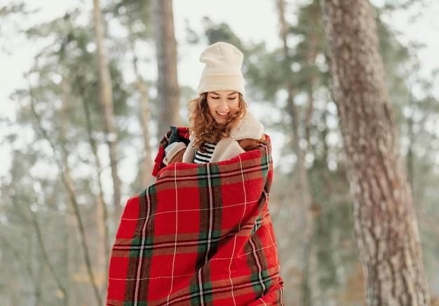 毛布でミディアムショットの女性