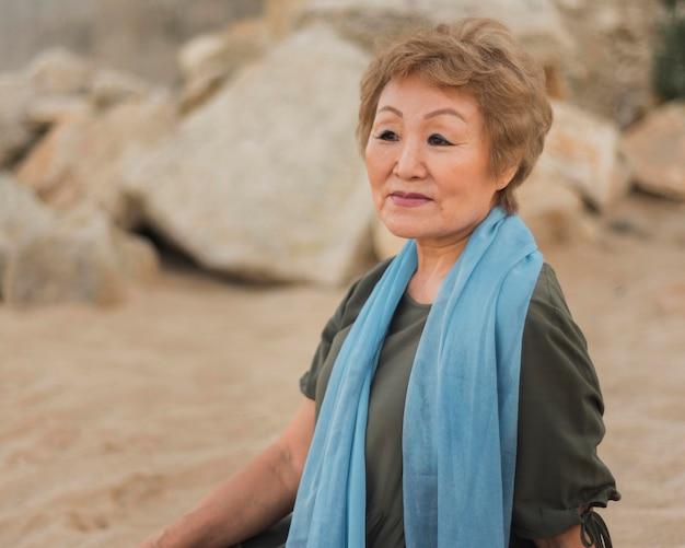 Женщина среднего роста с синим шарфом