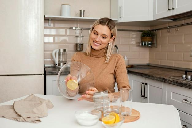 그릇과 레몬 중간 샷 여자