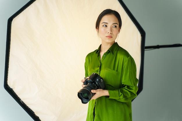 Colpo medio donna con fotocamera