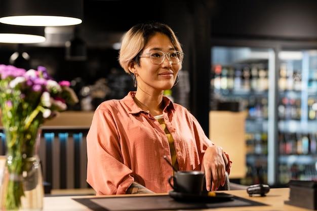 커피 컵을 든 미디엄 샷 여성