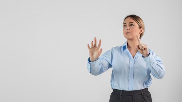 Женщина среднего кадра с копией пространства