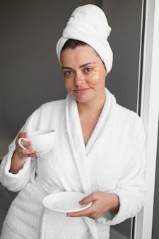 眼帯を持つミディアムショットの女性