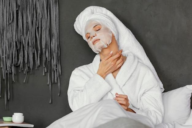 Donna di tiro medio con maschera facciale