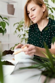 Colpo medio donna con cazzuola da giardinaggio