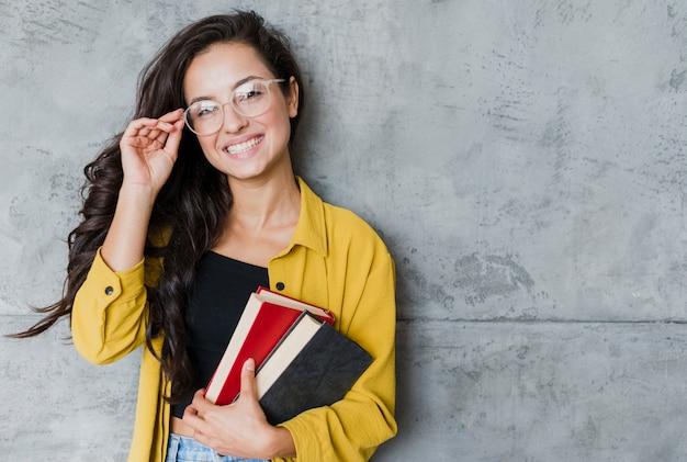 Средний выстрел женщина с очками и книгами