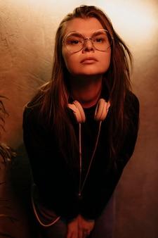 眼鏡をかけたミディアムショットの女性