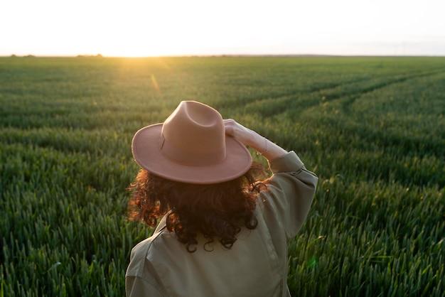 Donna a tiro medio con cappello in natura