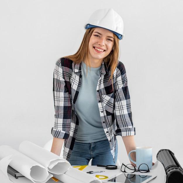 Donna del colpo medio con il casco a casa