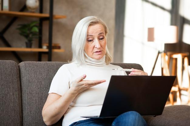 Среднего выстрела женщина с ноутбуком