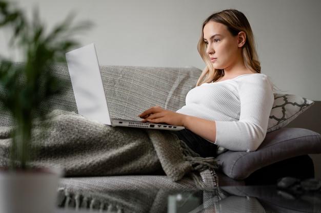 노트북과 중간 샷 여자