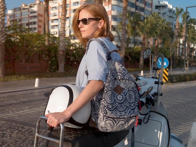 Среднего кадра женщина с багажом