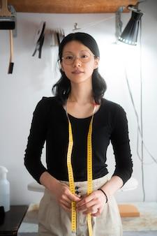 巻尺を持つミディアムショットの女性