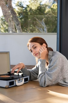 Женщина среднего кадра с музыкой