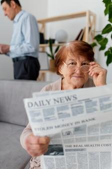 新聞とミディアムショットの女性