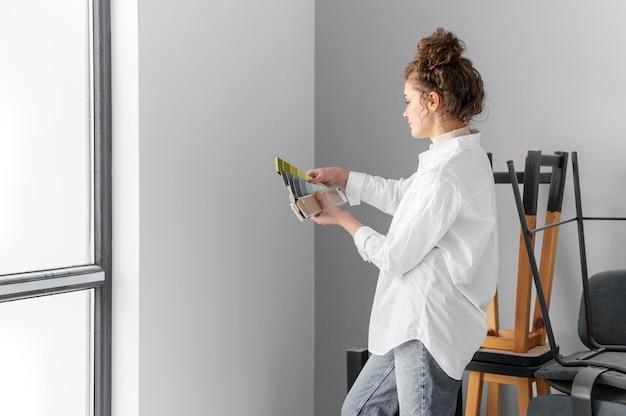 Medium shot woman with palette