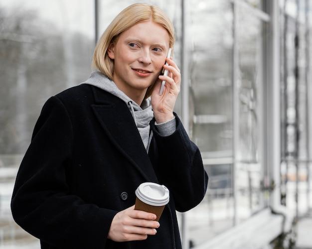 Donna del colpo medio con il telefono