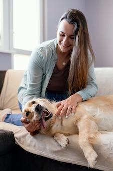 Donna del colpo medio con cane sorridente