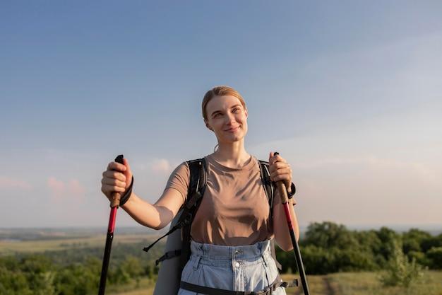 막대기를 든 미디엄 샷 여성