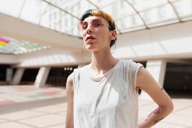 Среднего выстрела женщина в солнцезащитных очках