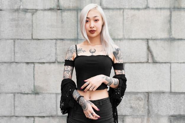 문신이 있는 미디엄 샷 여성
