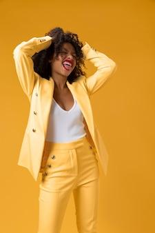 黄色いスーツのミディアムショットの女性