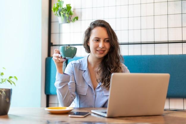Женщина среднего выстрела, работающая за столом