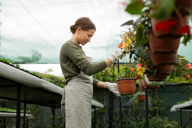 정원에서 일하는 미디엄 샷 여성