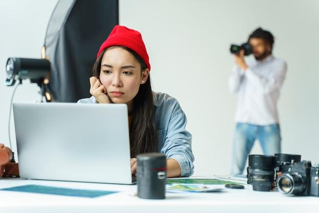 Colpo medio donna che lavora al computer portatile