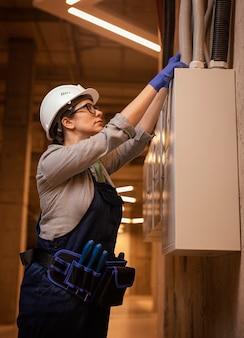 중진공 상태 샷 여자 작업 패널