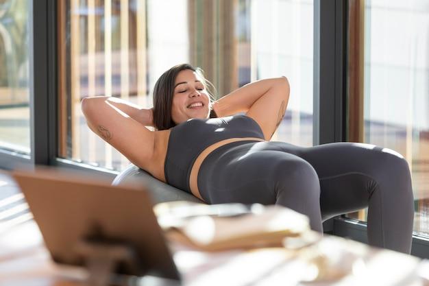 自宅で運動するミディアムショットの女性