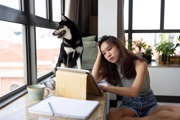 犬と一緒に働くミディアムショットの女性