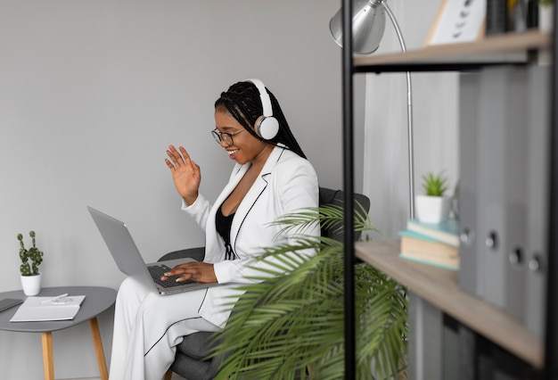 ノートパソコンで作業するミディアムショットの女性