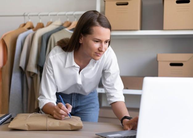 노트북으로 작업하는 중간 샷 여자