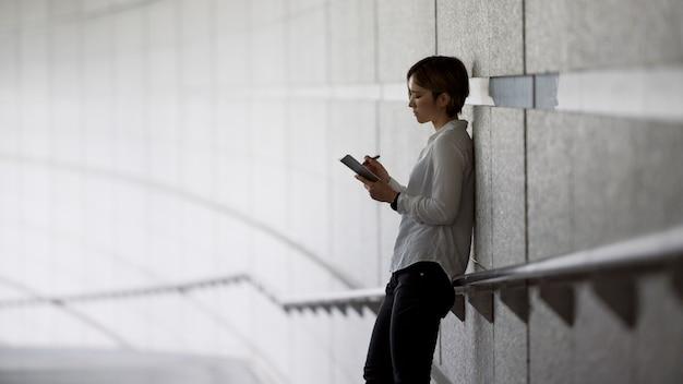 노트북에서 쓰는 중간 샷 여자