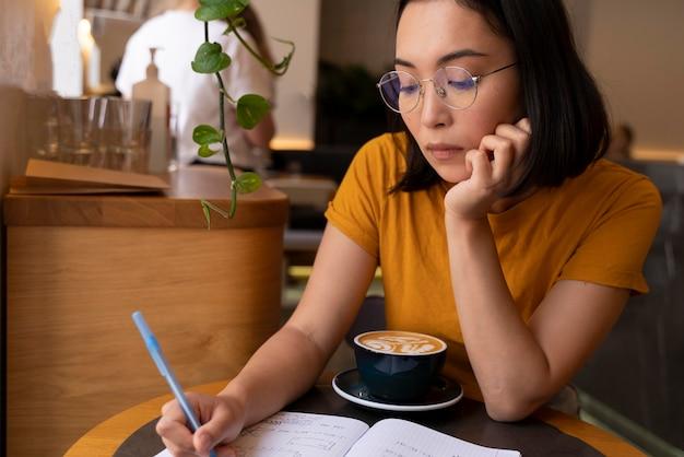 글을 쓰는 미디엄 샷 여성