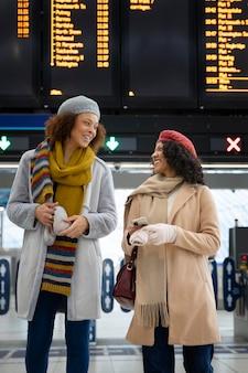 Donne di tiro medio alla stagione invernale dell'aeroporto