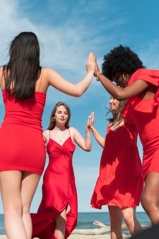 Donne di tiro medio che ballano all'aperto