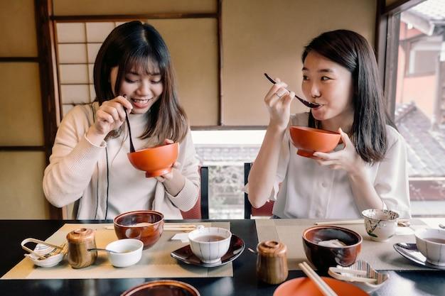一緒に食べるミディアムショットの女性