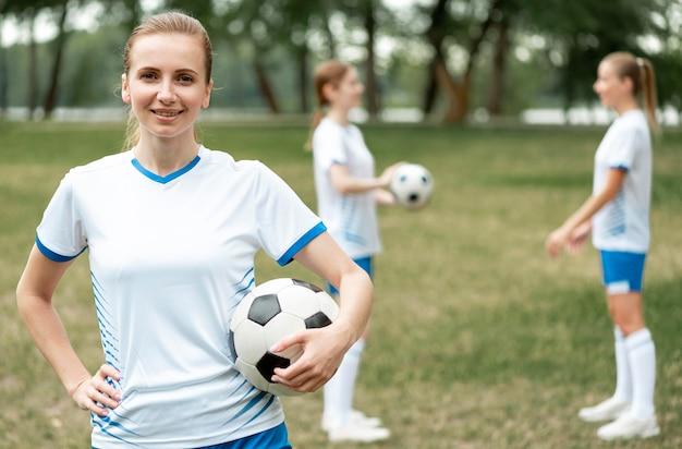 Женская футбольная команда среднего класса