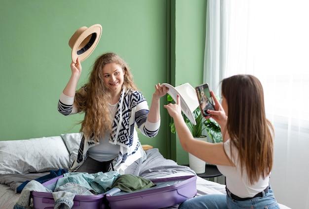 Женщины среднего роста веселятся вместе Бесплатные Фотографии