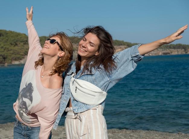 Женщины среднего роста веселятся вместе