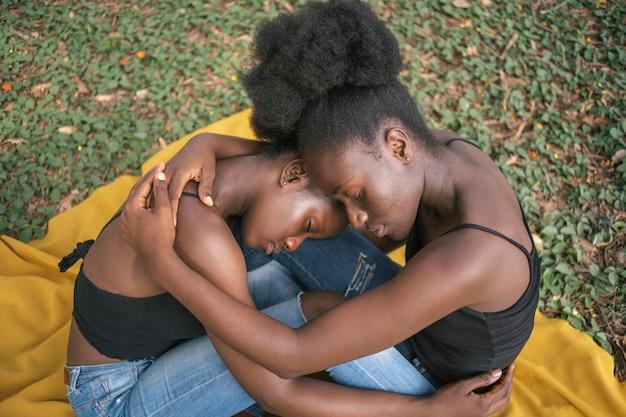 ミディアムショットの女性がお互いを抱きしめている