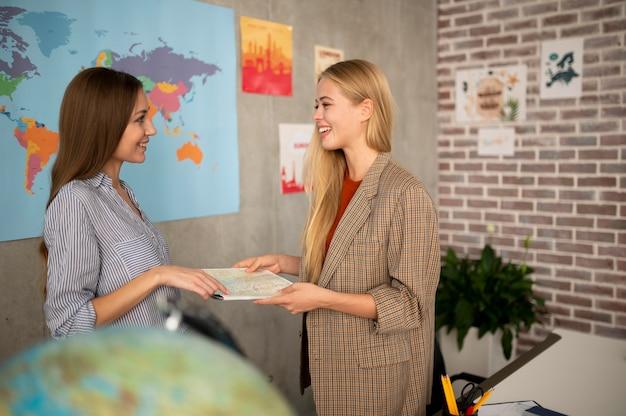 Средний план женщин, держащих карту